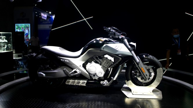 Sepeda motor Benda LFC700
