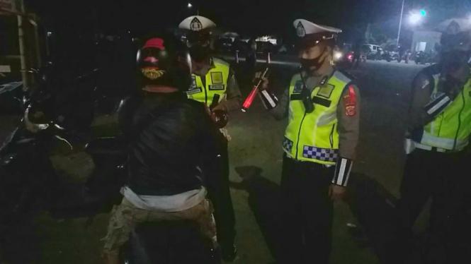 Petugas melakukan penyekatan di Limbangan, Kabupaten Garut Jawa Barat.