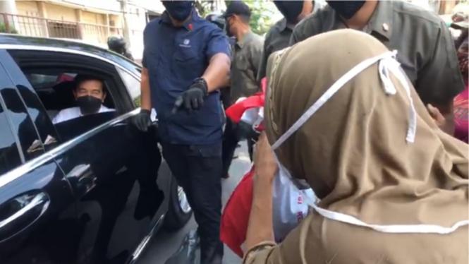 Presiden Jokowi membagikan sembako di kawasan Cideng Jakarta Pusat