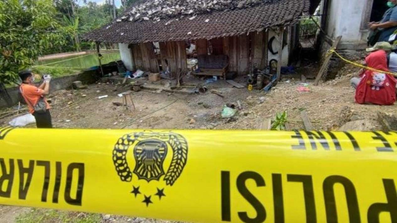 Warga menyaksikan proses olah TKP ledakan petasan yang menewaskan dua remaja dan melukai tujuh warga lainnya di Desa Sukorejo Wetan, Tulungagung, Jawa Timur, Selasa, 11 Mei 2021.