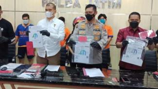 Polisi memperlihatkan lima tersangka dan barang bukti pemalsu surat tes COVID-19
