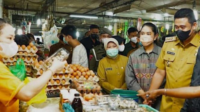 Bobby Nasution dan Kahiyang Ayu cek harga pangan jelang Lebaran.
