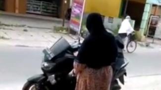Pemotor beri kejutan pada ibunya saat mudik.