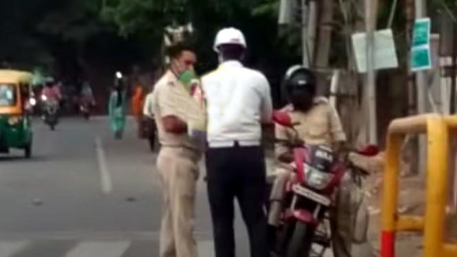 Oknum polisi naik motor kena tilang polantas.
