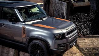 Mobil Range Rover sengaja dibiarkan berkarat dan dijual mahal.