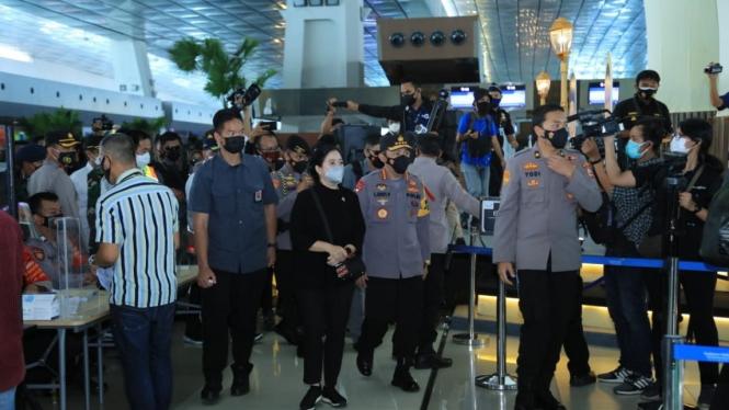 Kapolri Jenderal Polisi Listyo Sigit Prabowo meninjau arus mudik di Bandara Soetta