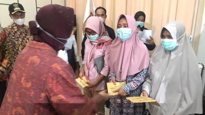 Mensos berikan bantuan bagi korban longsor di Kabupaten Solok.