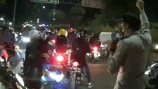 Ribuan pemudik kendaraan roda dua menembus penyekatan di Bekasi.