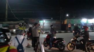 Aparat polisi melakukan penyekatan mudik di Jalan Raya Serang.