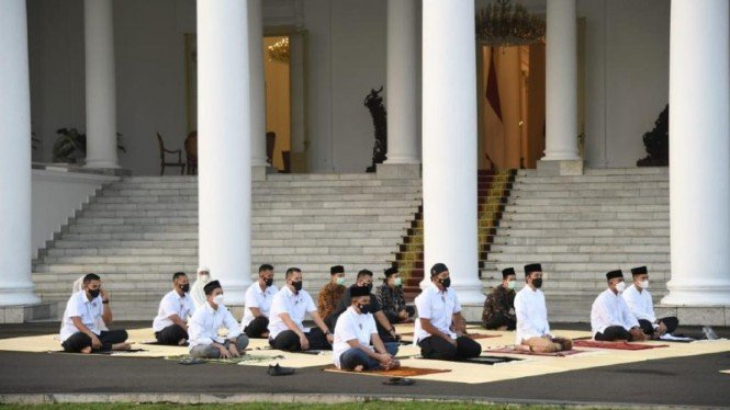 Presiden Jokowi dan Ibu Negara salat Idul Fitri di halaman Istana Bogor.