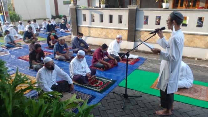 Warga di Kota Semarang hari ini melaksanakan Salat Idul Fitri 1422 Hijriah.