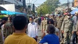 Ribuan orang berjubel menuju makam di Semarang pada hari Idul Fitri