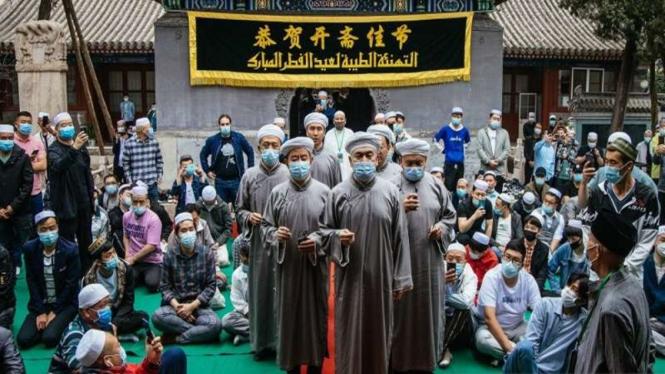 Para imam Masjid Niujie, Beijing, sebelum memimpin ritual shalat Idul Fitri