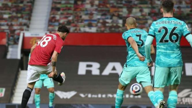 Gelandang MU, Bruno Fernandes bobol gawang Liverpool.