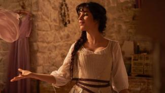 Camila Cabello sebagai Cinderella.