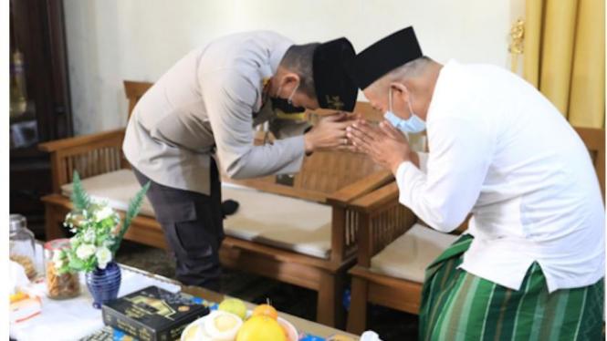 Kapolresta Malang Kota Kombes Pol Leonardus Simarmata mengunjungi Ketua PWNU Jatim KH. Marzuqi Mustamar