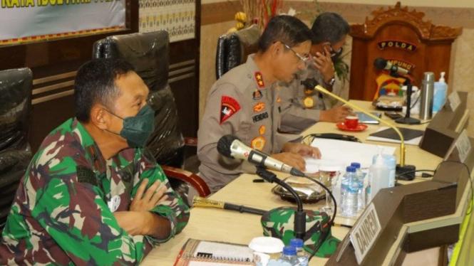 Kapolda Lampung Irjen Pol Hendro Sugiatno (tengah)