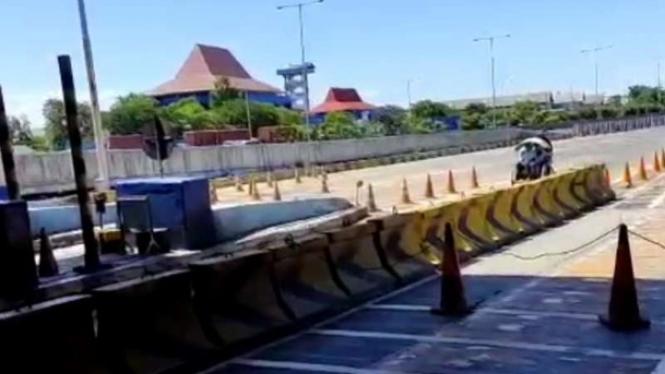 Tangkapan layar video becak masuk tol di Surabaya.