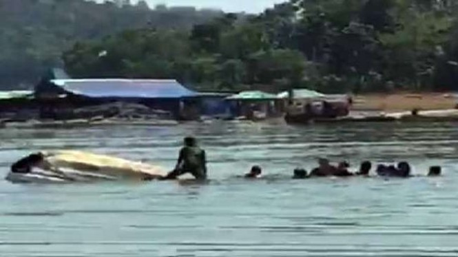 Perahu wisata terbalik di Waduk Kedung Ombo Boyolali.