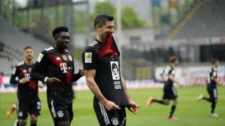 Striker Bayern Munich, Robert Lewandowski merayakan gol.