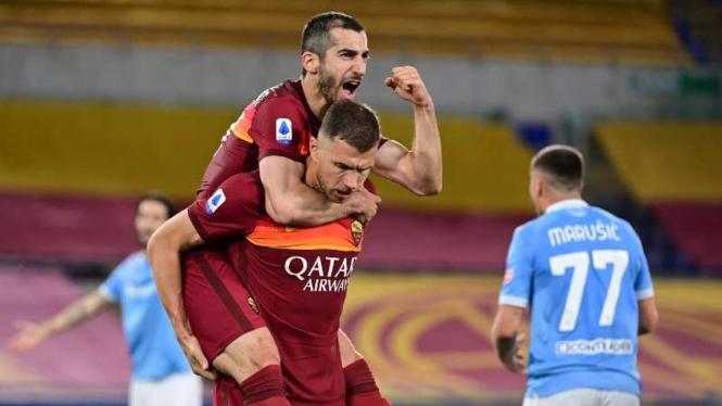 Pemain AS Roma rayakan gol Henrikh Mkhitaryan.