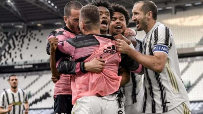 Pemain Juventus rayakan kemenangan melawan Inter Milan.