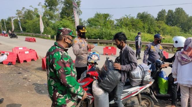 Jajaran Polres Kota Tangerang, Polda Banten, lakukan pemeriksaan para pemudik.