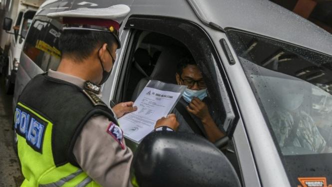 Petugas Kepolisian memeriksa dokumen pengendara yang melintas di