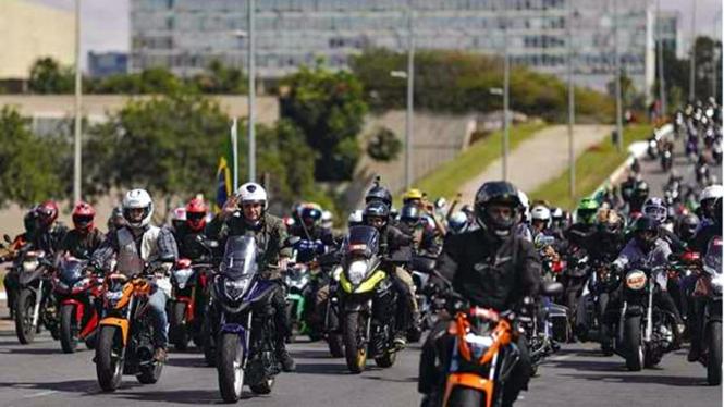 Presiden Brasil, Jair Bolsonaro menggelar turing motor bersama warga.