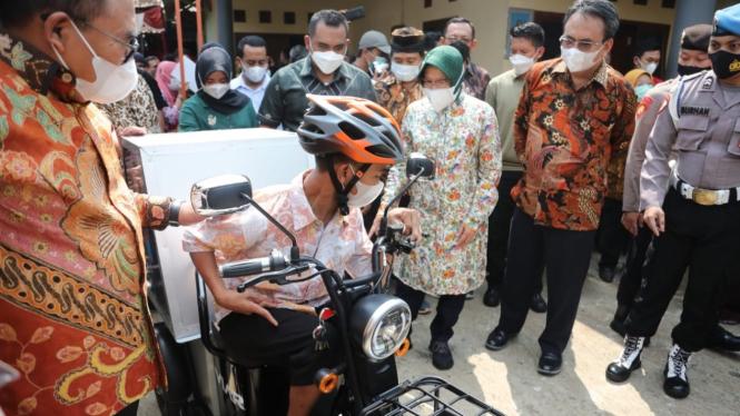 Mensos Risma saat mengunjungi dan menyerahkan sepeda motor roda tiga bagi Gading Ogi Saputra, 17, penyandang disabilitas fisik.