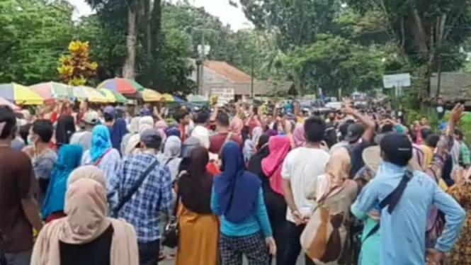 Pengelola wisata Pantai Carita, Banten, dan para pedagang menggelar demonstrasi.