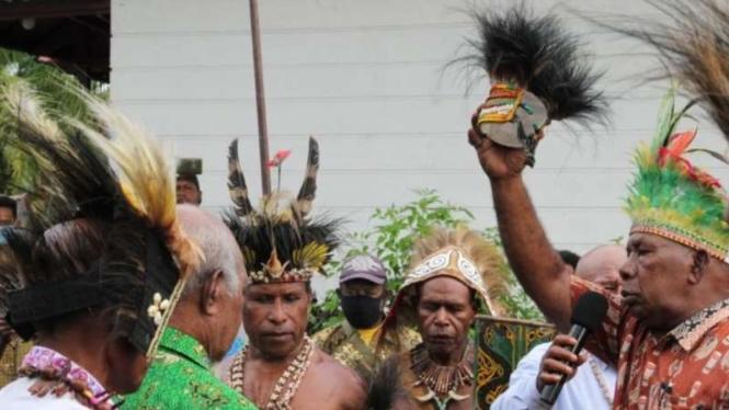 Penetapan kepala suku Biak.