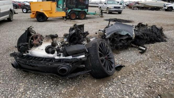 Rongsokan mobil McLaren GT.