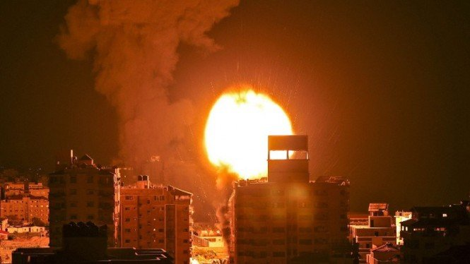 Israel melancarkan serangan udara ke wilayah padat penduduk di Gaza, Palestina.