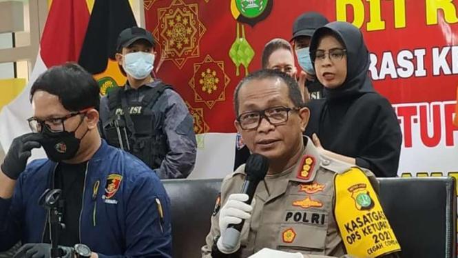 Kabid Humas Polda Metro Jaya Komisaris Besar Yusri Yunus (kanan)