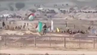 VIVA Militer: Warga Palestina berlari ke perbatasan mengejar tentara Israel