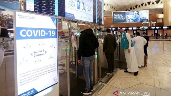 Warga Saudi memindai dokumen di Bandara Internasional Raja Khalid