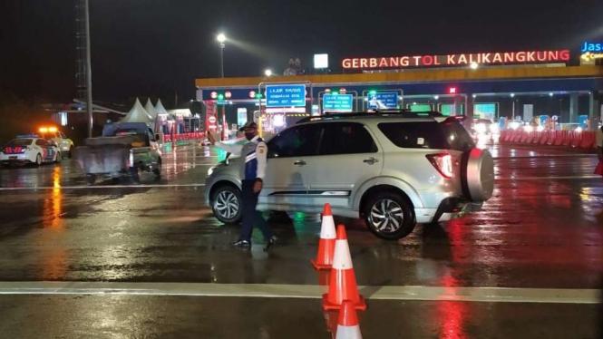 Penyekatan Arus Balik di Gerbang Tol Kalikangkung, Semarang.