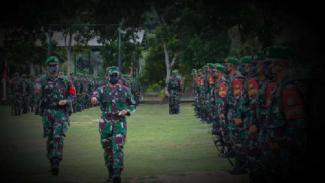 VIVA Militer: Mayjen M Nur Rahmad periksa pasukan Yonif Mekanis 643/Wanara Sakti