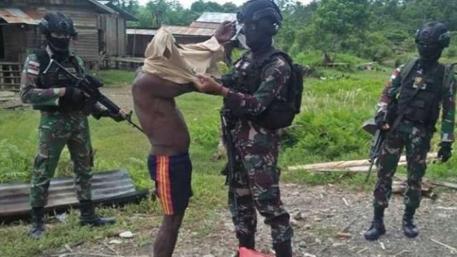 VIVA Militer: Prajurit Yonif PR 432/WSJ Kostrad bantu warga Distrik Dekai, Papua