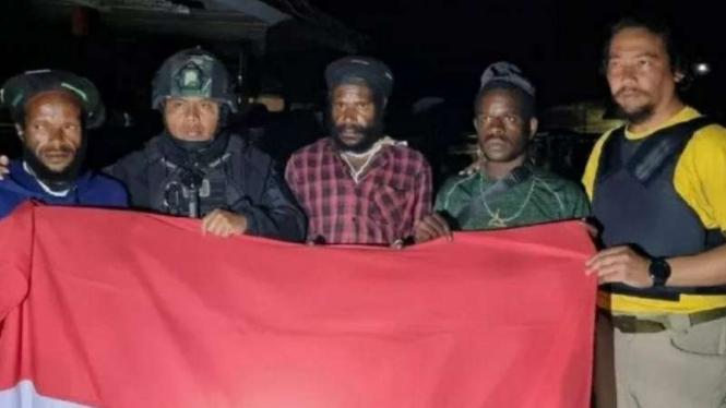 Tiga anggota kelompok kriminal bersenjata di Papua pimpinan Lekagak Telenggen menyerahkan diri kepada aparat TNI Yonif 715/MTL.