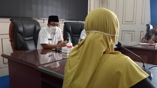 Wali Kota Malang, Sutiaji bertemu dengan Mawar (nama samaran) seorang guru TK yang nyaris bunuh diri karena frustasi dengan teror tagihan utang dari aplikasi pinjaman online.