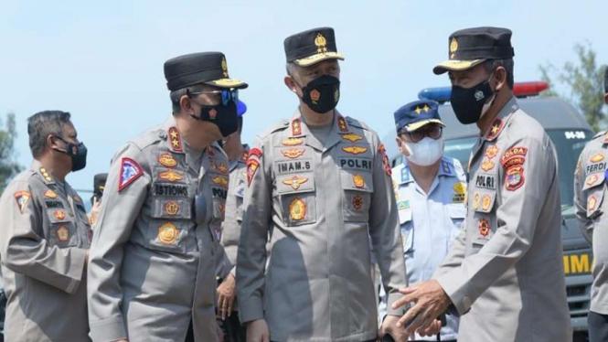 Asops Irjen Imam Sugianto (tengah)