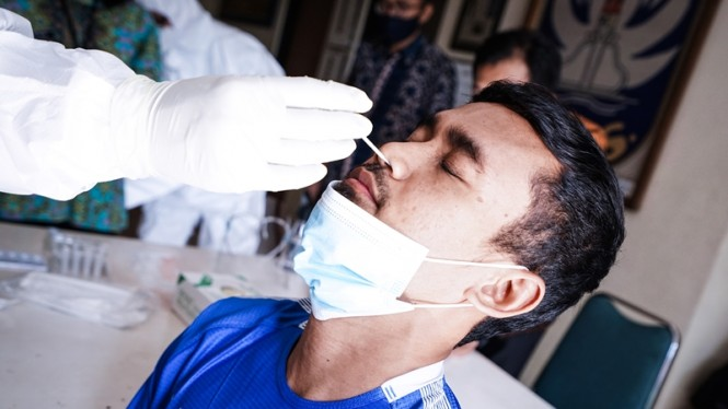 Pemain PSIS Semarang menjalani tes rapid antigen