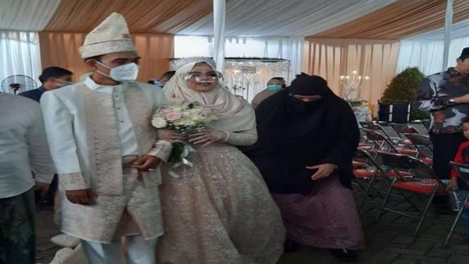 Potret UAS-Fatimah saat resepsi pernikahan di Gontor, Ponorogo.