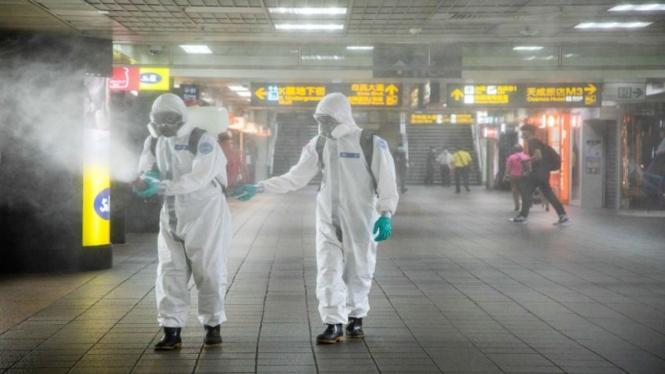 Petugas menyemprotkan disinfektan di fasilitas publik di Taiwan