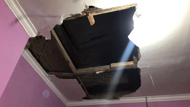 Plafon rumah milik warga terkena dampak gempa 6,2 magnitudo di Blitar.