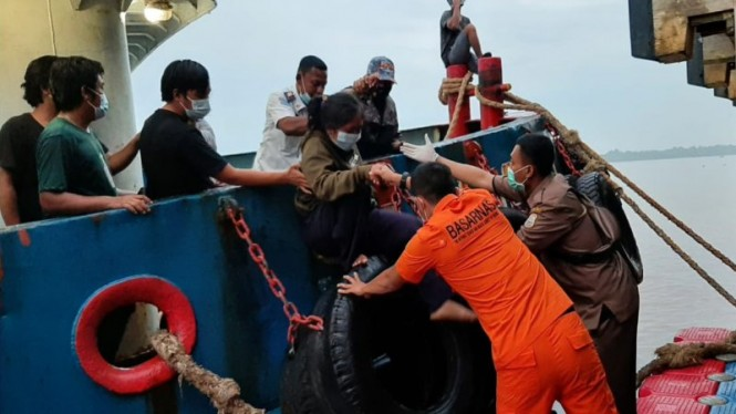 Penumpang Kapal KM Wicly Jaya Sakti yang tenggelam dievakuasi ke dermaga