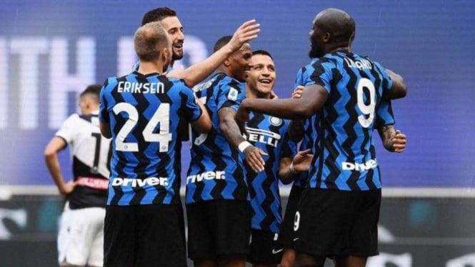 Inter Milan merayakan gol