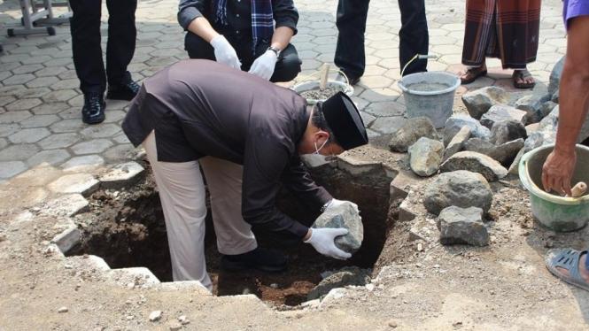 KH. Ahmad Jamil sedang meletakkan batu pertama